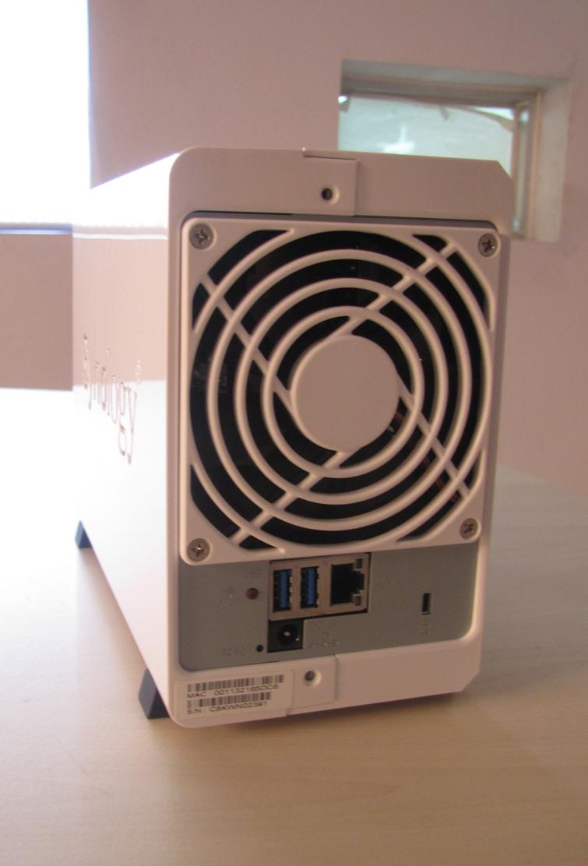 Mặt sau gồm quạt tản nhiệt và các cổng giao tiếp