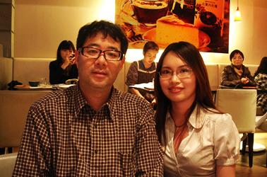 Nhiếp ảnh gia Po-lin Chi (bên trái)